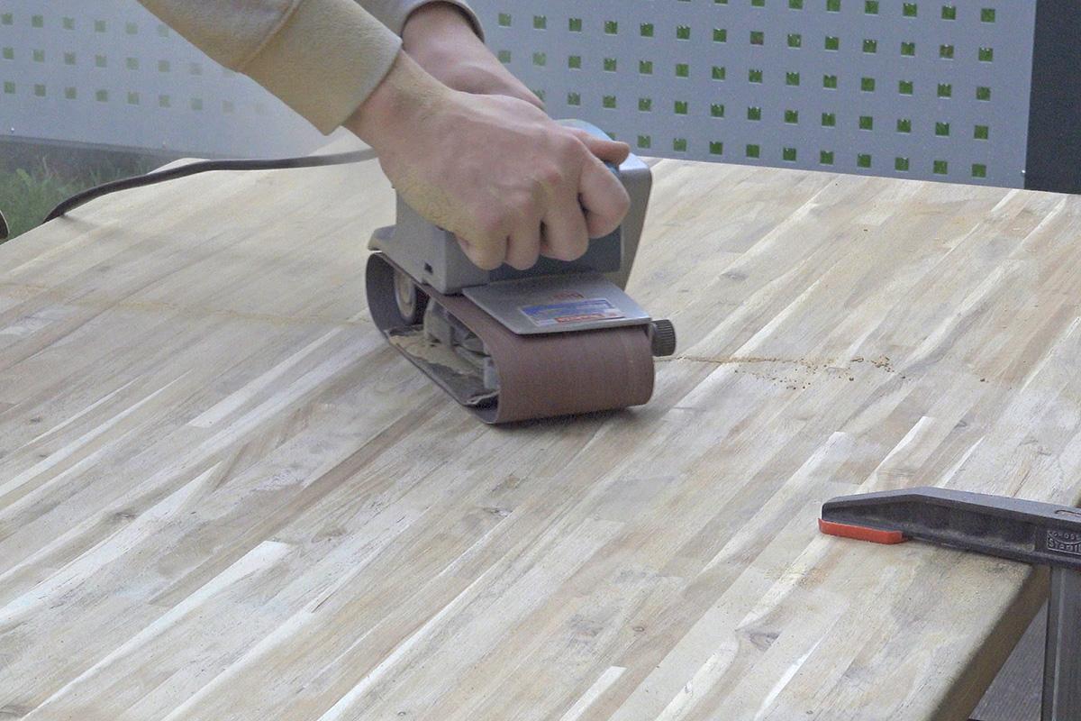 Holztisch abschleifen - Anleitung @ diybook.de