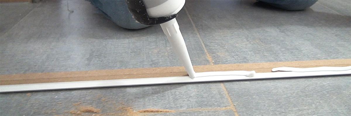 deckenleisten anbringen richtig auf gehrung schneiden und. Black Bedroom Furniture Sets. Home Design Ideas