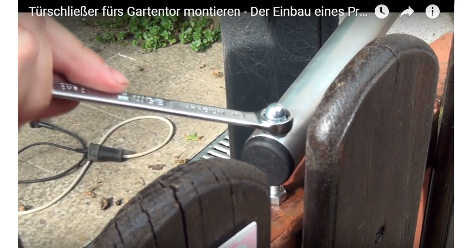 Rasenkehrmaschine Selber Bauen : t rschlie er f rs gartentor montieren video anleitung ~ Watch28wear.com Haus und Dekorationen