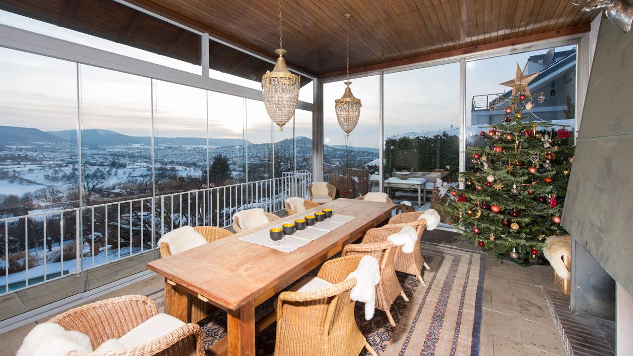 frontverglasung weihnachten mit ausblick in wohnen. Black Bedroom Furniture Sets. Home Design Ideas
