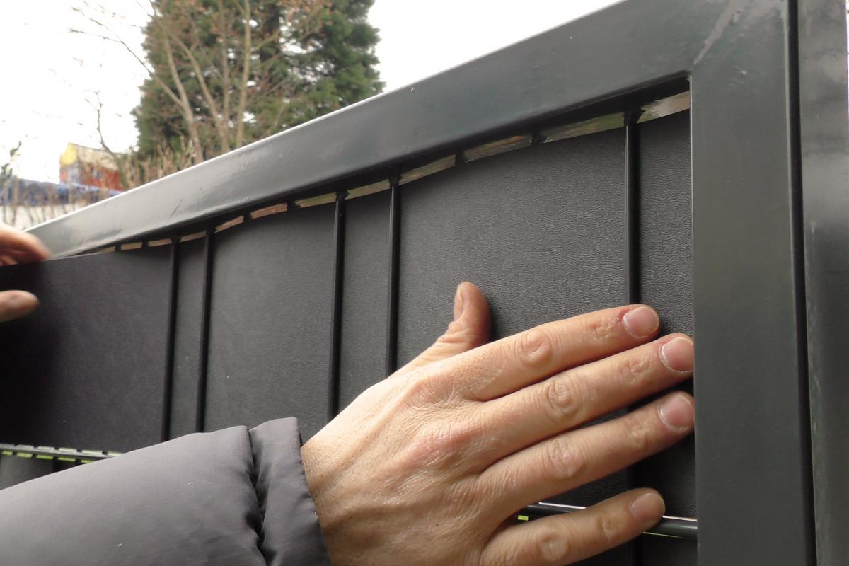 Sichtschutz Fur Einen Doppelstabmattenzaun Montieren Anleitung