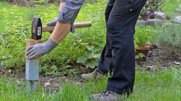 Bodenhülsen in Boden klopfen