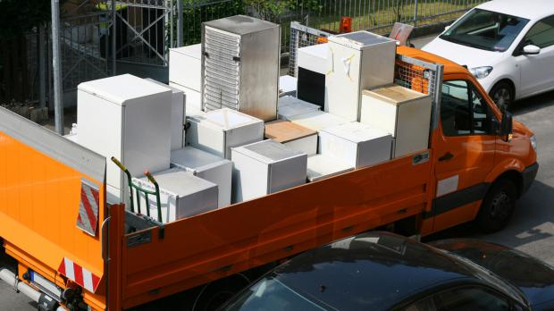 Defekte Haushaltsgeräte werden auf einem Laster transportiert