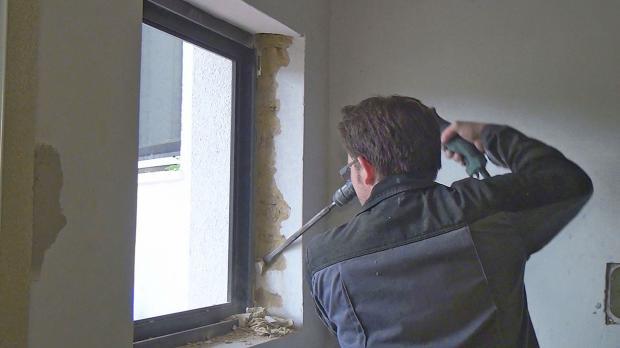 Vor dem Ausbau des Fensters: Putz abstemmen
