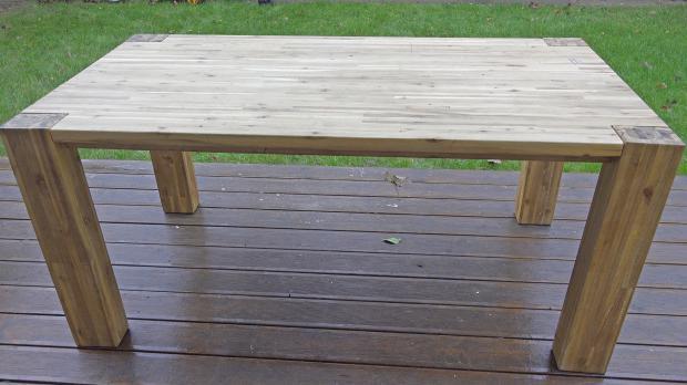 Alter Holztisch vor dem Schleifen