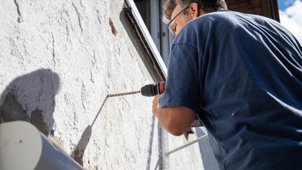 Durchbruch in Wand bohren für den Abluftschlauch