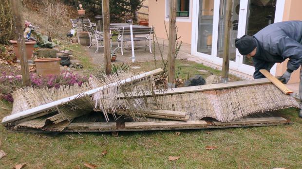 Alter Gartenzaun wird abgerissen
