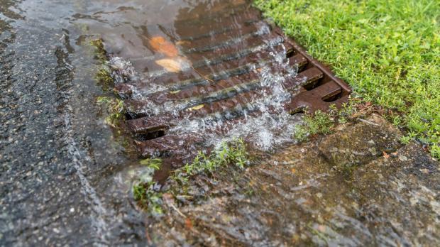 Regenwasser spült in die Kanalisation