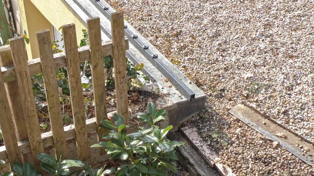 Zaunpfosten mit Schwerlastanker auf Mauerbank montieren