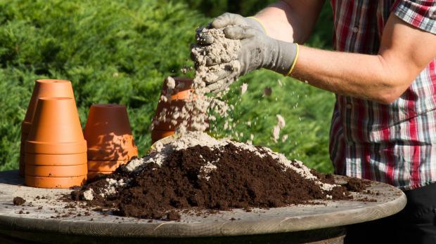 Erde mit Sand vermengen