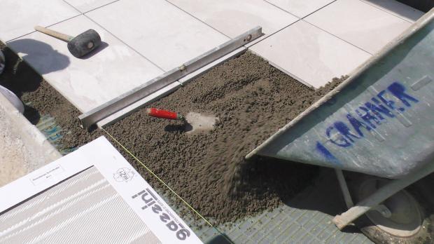 terrassenplatten richtig verlegen mit drainm rtel und klebem rtel anleitung. Black Bedroom Furniture Sets. Home Design Ideas