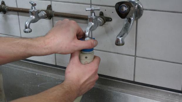 Waschmaschine vom Wasseranschluss abschließen