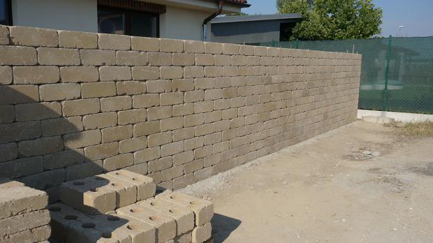 Fast fertige Gartenmauer
