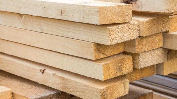 Holzbretter warten auf ihre Verarbeitung