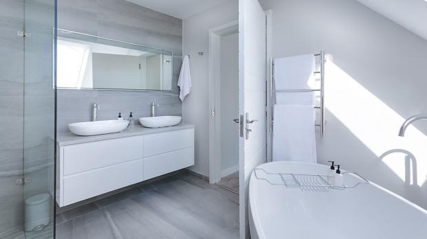 Schmückender Betonboden im Badezimmer