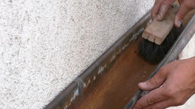 Untergrund der Dachrinne reinigen