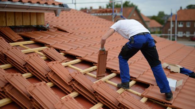 Dachdeckerarbeiten in großer Höhe