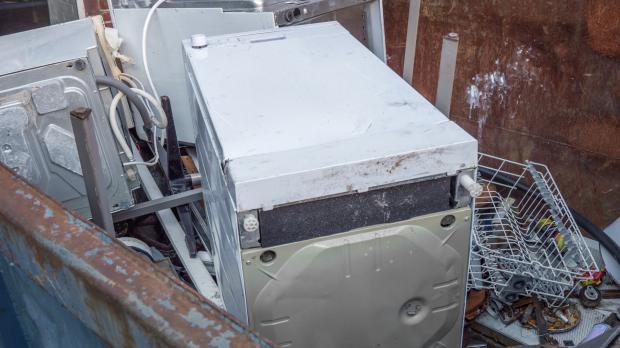 Elektroschrott wird im Container gesammelt