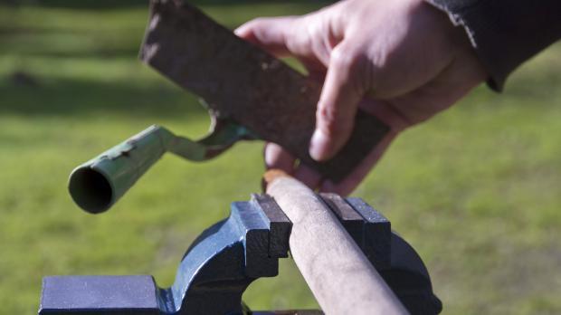 Kaputten Stiel aus Werkzeugfassung entfernen