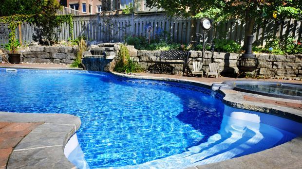 Pool wird durch Gartenzaun abgesichert