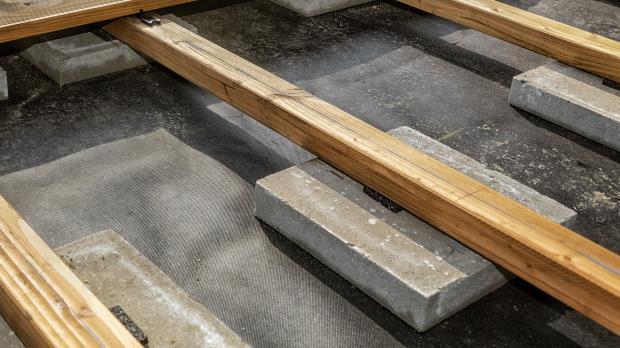 Unterkonstuktion mit den Betonplatten verbinden