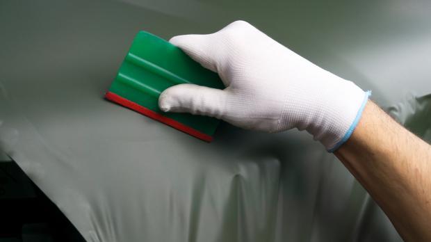 Folien mit Gummirakel abziehen