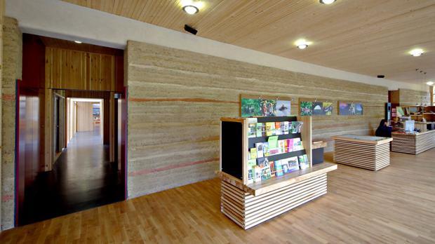 Stampflehmwand als Gestaltungselement im Haus der Nachhaltigkeit Rheinland Pfalz