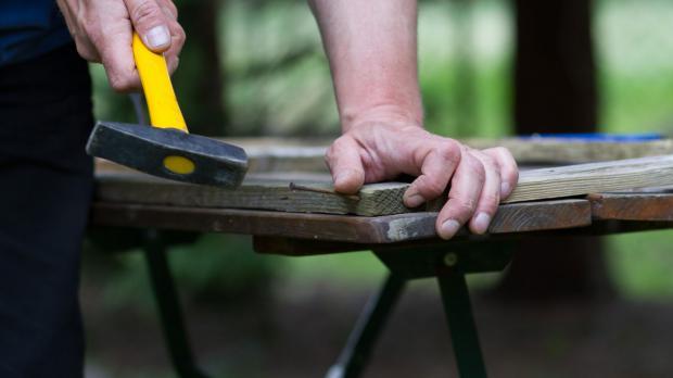 Leisten zu einem Holzgestell nageln