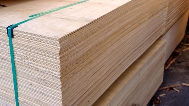 Gestapelte Sperrholzplatten warten auf Einsatz