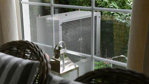 Lufteinzug der Wärmepumpe im Garten