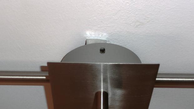 Befestigung der Deckenlampe lösen