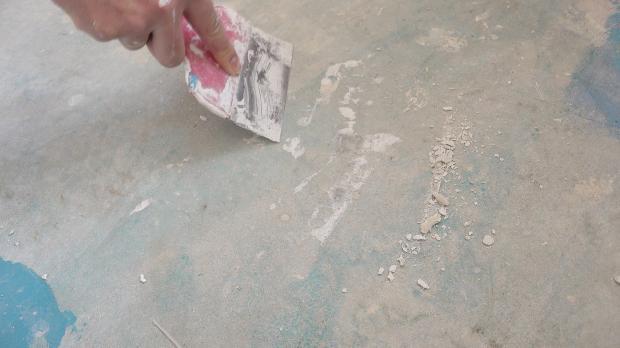 Boden von Mörtelresten befreien