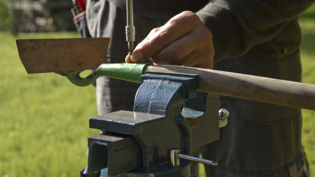 Neuen Stiel am Gartenwerkzeug befestigen