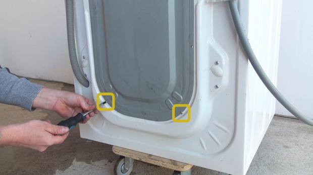 Schrauben der Rückwand entfernen