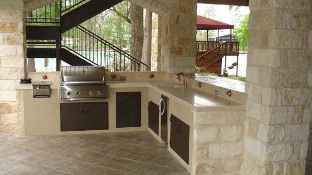 Außenküche mit Naturstein-Elementen