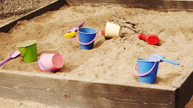 Spielzeug im Sandkasten