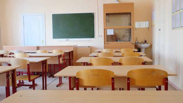 Klassenzimmer mit Sperrholz-Garnitur