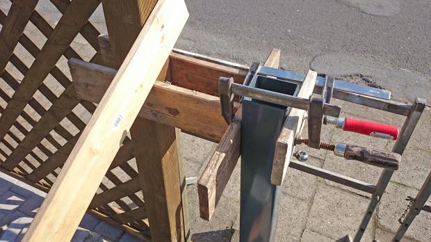 Stützkonstruktion der neuen Metall-Torpfosten