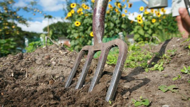 Gemeinschaftlich das Gartenbeet umgraben