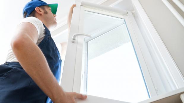 Fenster mit Mehrfachverglasung wird eingebaut