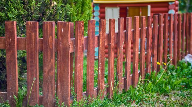 Klassischer skandinavischer Holzzaun