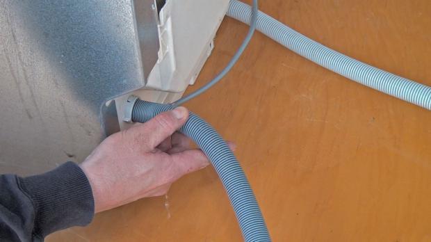 Wasseranschlüsse der Spülmaschine prüfen