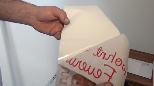 Trägerpapier vom Wandtattoo abziehen