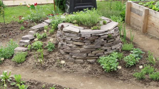 Selbstgemachte Kräuterspirale im Garten