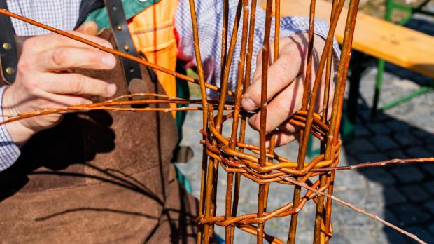 Traditioneller Handwerker beim Weidenflechten