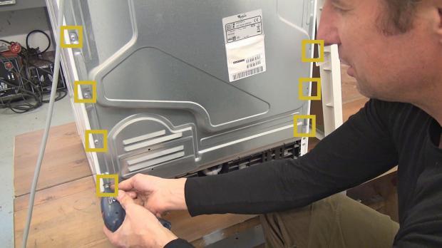 Hinten liegende Schrauben der Rückwand entfernen