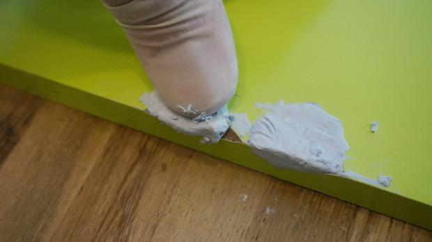 Bruchstellen mit Reparaturknete verschließen