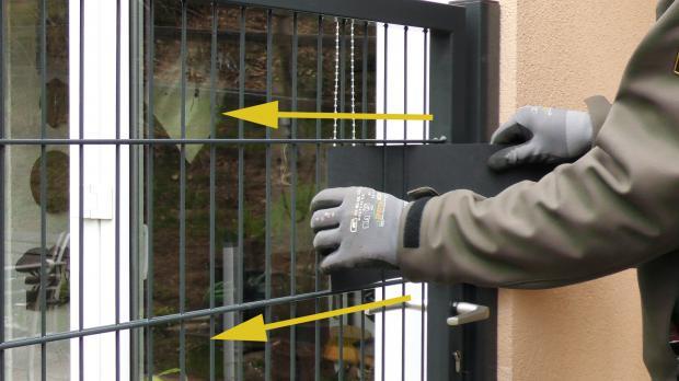Sichtschutzstreifen am Tor einfädeln