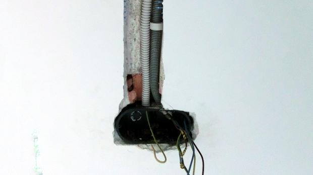 Neue Unterputzdose einbauen - Installationsdose einkleben