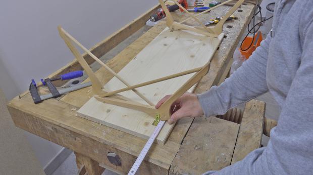 Standfüße an Holzplatte einmessen